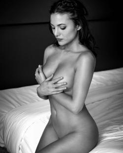 Elisa Mouliaa - Desnuda Sentada En La Cama, Instagram 2019